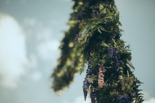 Rönnerdahl han binder utav blommor en krans